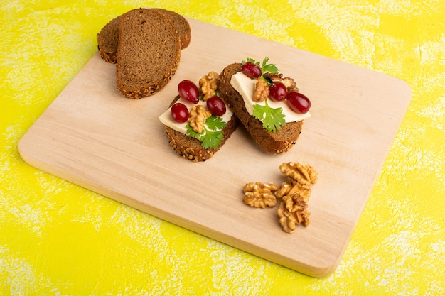 Torradas de pão com queijo e nozes no amarelo Foto gratuita