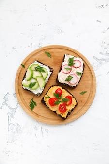 Torradas de pão de centeio vegetariana