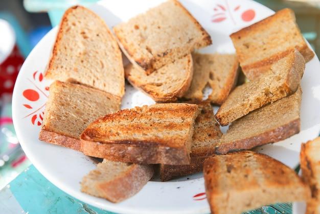 Torradas de pão grelhado no prato.