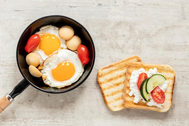 Torradas de queijo e legumes com ovo frito
