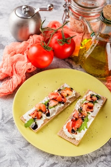 Torradas em pão estaladiço com tomate
