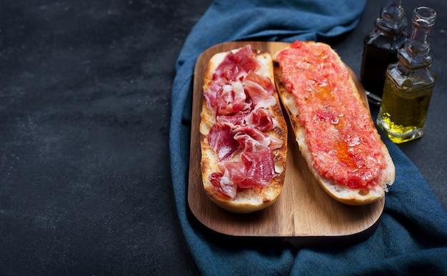 Torradas espanholas com tomate e presunto, café da manhã ou almoço tradicional