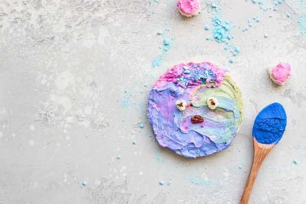 Torradas fofas com queijo creme colorido espalhadas sobre um fundo de pedra cinza idéias para comida infantil.