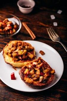 Torradas francesas com maçã caramelizada com canela
