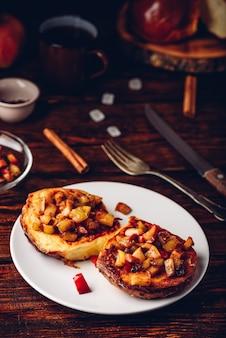 Torradas francesas com maçã picada caramelizada com canela