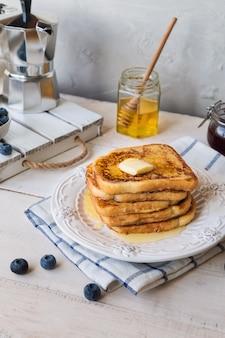 Torradas francesas com manteiga e mirtilos no café da manhã.