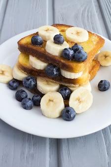 Torradas francesas com mirtilo, banana e mel