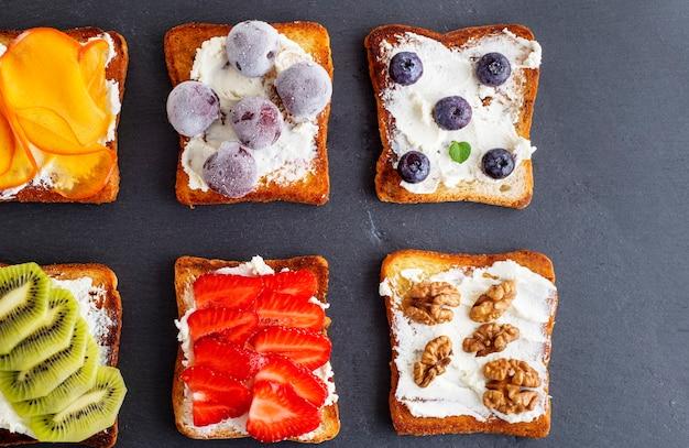 Torradas francesas com queijo e frutas