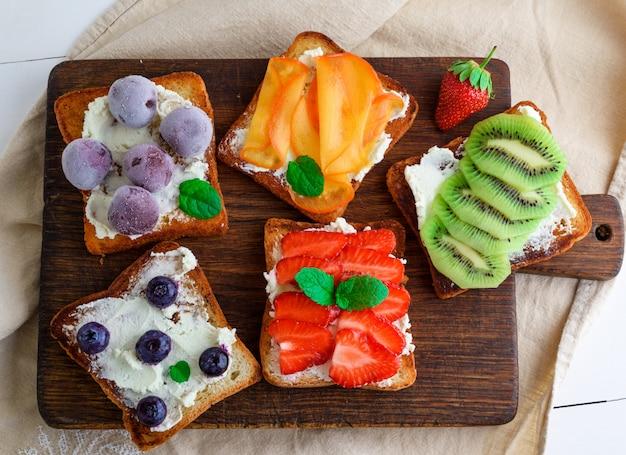 Torradas francesas com queijo, morangos, kiwi, nozes
