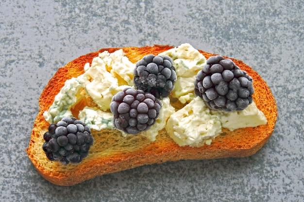 Torradas saudáveis com creme de queijo e amoras. torradas de queijo berry. keto lanche.