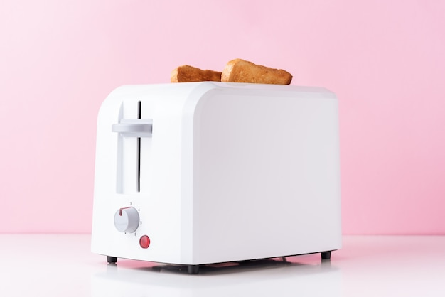 Torradeira branca com pão torrado torrado