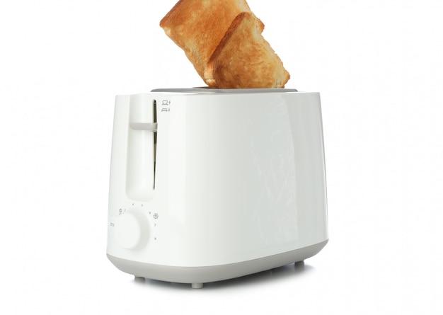 Torradeira e fatias de pão isoladas no branco