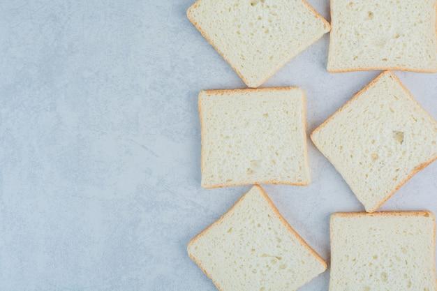 Torrar fatias de pão no fundo de mármore. foto de alta qualidade
