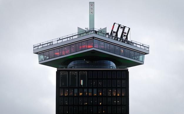 Torre adam de amsterdã com balanços em um céu nublado