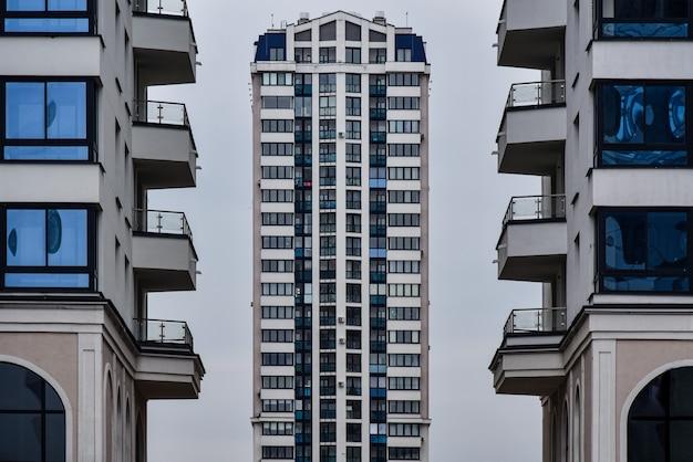 Torre alta casa moderna no arco
