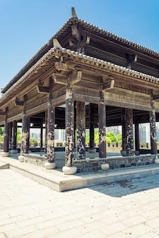 Torre antiga da parede e do portão da cidade chinesa