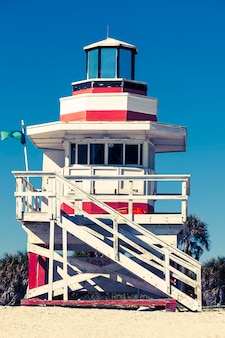 Torre colorida do salva-vidas em south beach, miami beach, flórida