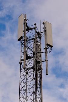 Torre com antena de rede celular 5g e 4g