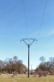 Torre com linhas de energia