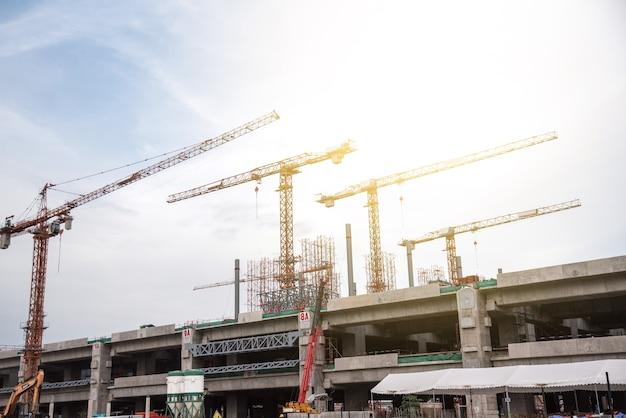 Torre crain construção edifício no céu azul