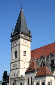 Torre da catedral com manjericão de horas st. egidiya's na cidade de bardejov, na eslováquia