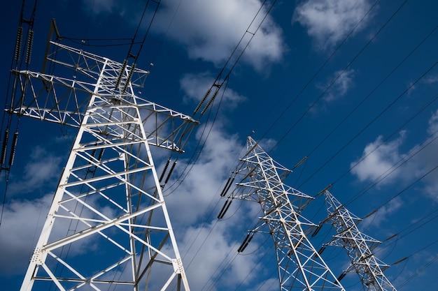 Torre da linha de energia em um céu azul com nuvens.