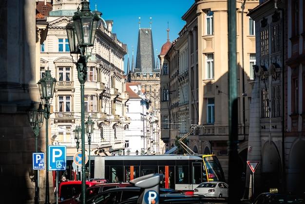 Torre da ponte de lesser town pela rua mostecka em praga. república checa