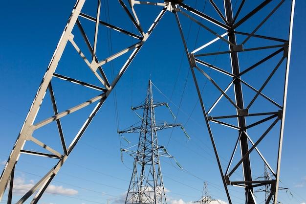 . torre da rede de alta tensão com cabo de aço na estação de distribuição. indústria de energia, economia de energia