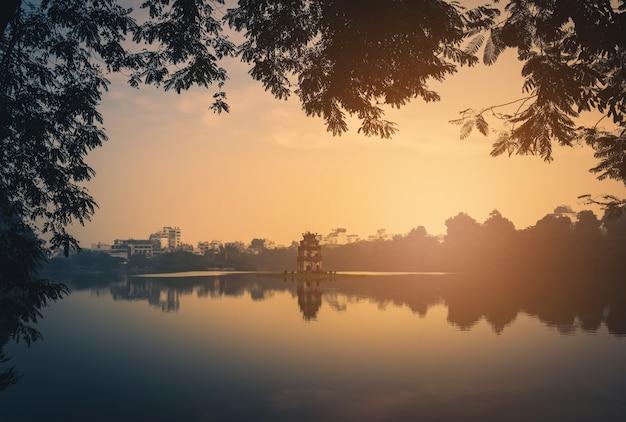 Torre da tartaruga no lago hoan kiem no nascer do sol em hanoi, vietname. tom vintage