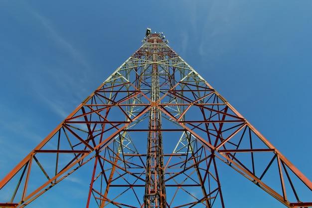 Torre das telecomunicações com céu azul.
