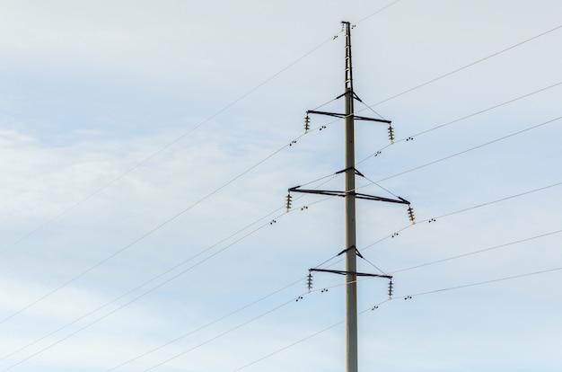 Torre de alta tensão aérea da linha aérea.