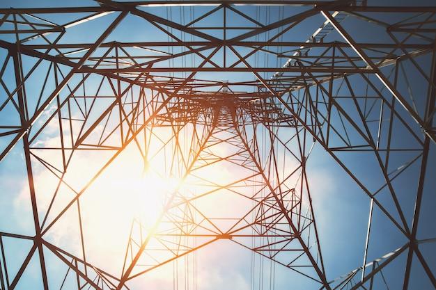 Torre de alta tensão com fundo de energia solar