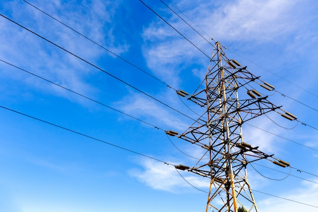 Torre de alta tensão elétrica em um céu azul