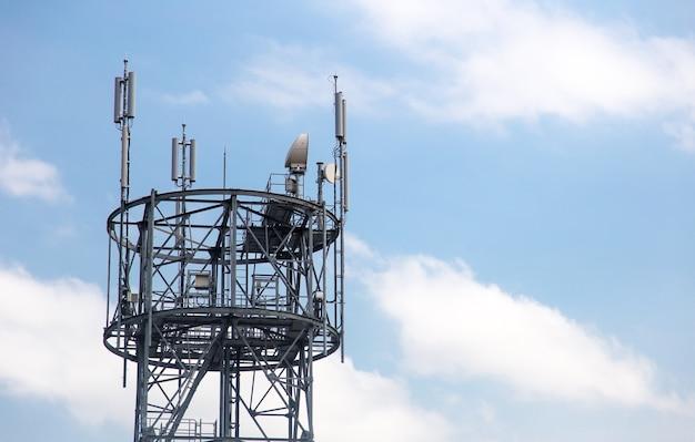 Torre de antena de comunicação com céu azul.