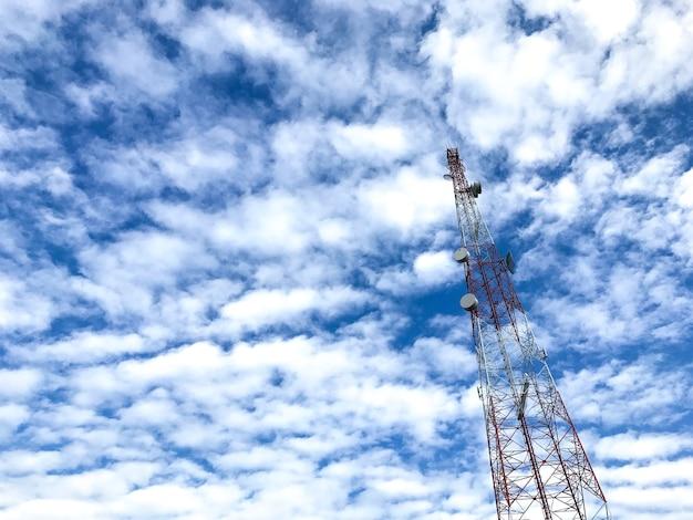 Torre de antena e pilar de satélite