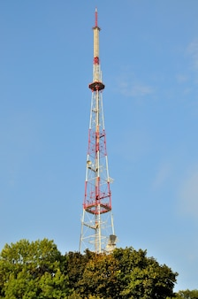 Torre de antena repetidora de comunicação de celular no céu azul