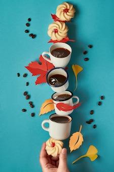 Torre de balanceamento de salpicos de xícaras de café, biscoitos e folhas de outono