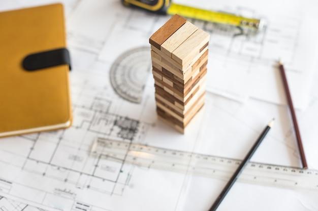 Torre de bloco de madeira do plano, planejamento, risco e estratégia em projetos empresariais ou arquitetônicos.