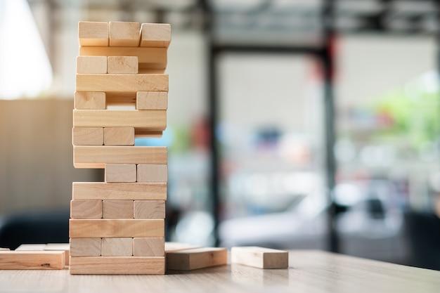 Torre de bloco de madeira no fundo do escritório
