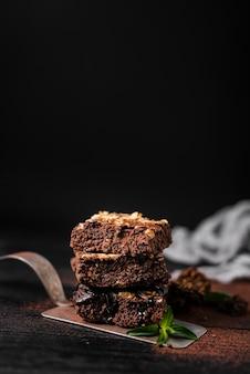 Torre de brownies de chocolate porca na bandeja