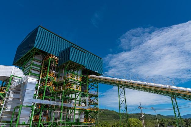 Torre de caldeira e equipamentos na usina de biomassa