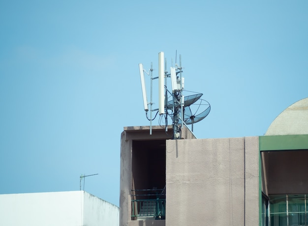 Torre de celular 5g de comunicação celular e antena parabólica instalada no prédio
