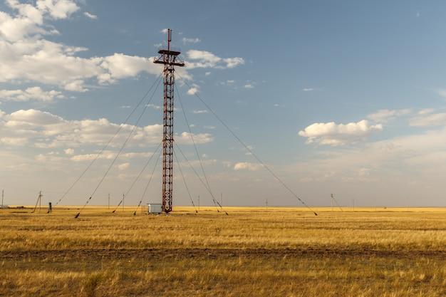 Torre de celular com cabos de aço, torre de celular nas estepes do cazaquistão