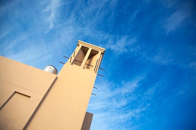Torre de construção e céu nublado