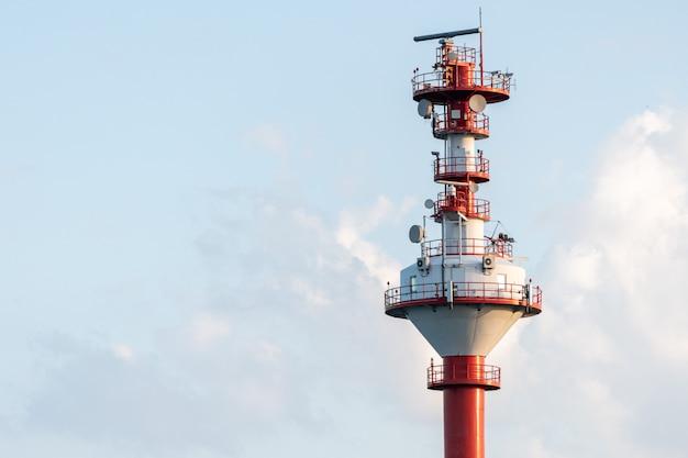 Torre de controle de tráfego de navios, cópia espaço. torre de monitoramento climático e marítimo. torre de vigilância costeira do navio