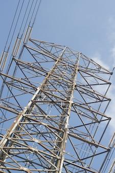 Torre de energia elétrica alta.