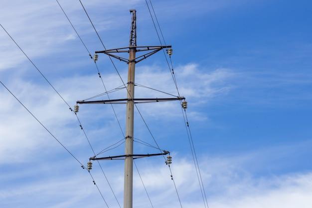 Torre de energia linhas de alta tensão e postes de energia
