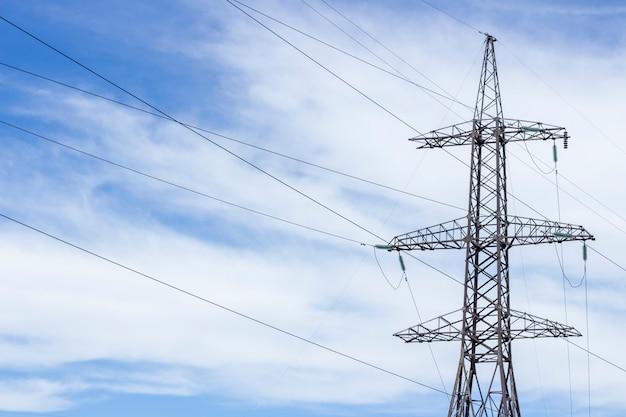 Torre de energia. linhas de alta tensão e postes de força