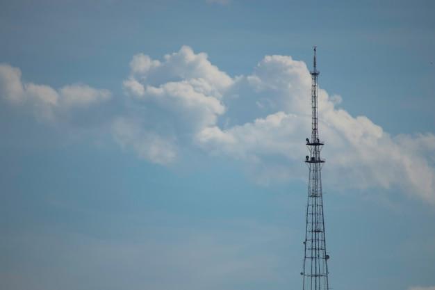 Torre de ferro em um fundo de céu azul nublado