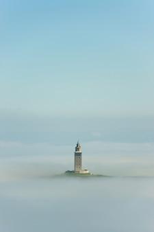 Torre de hércules na névoa, galiza